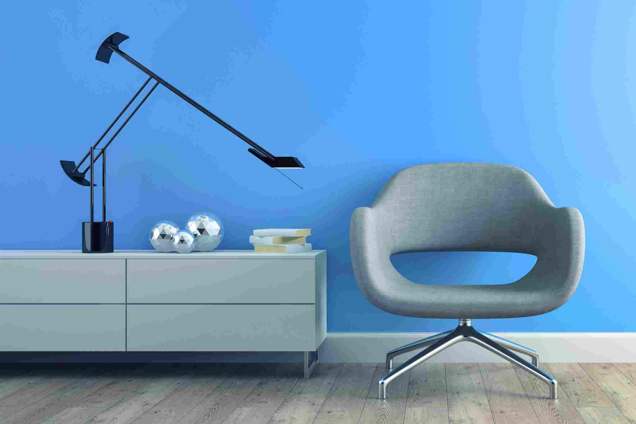 https://aguila-gmbh.de/wp-content/uploads/2017/05/image-chair-blue-wall.jpg